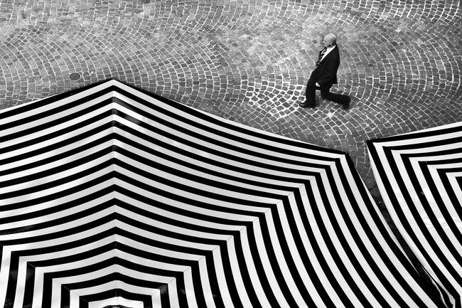 black white umbrella - 10 نکته برای عکاسی سیاه و سفید حیرت انگیز