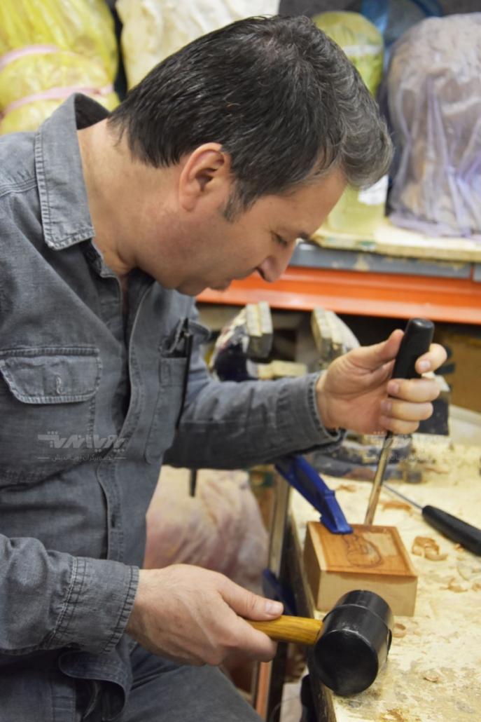 هنرجوی پیکرتراشی با چوب