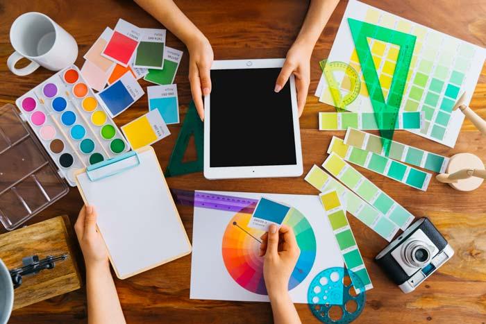 graphic designer - 10 شغلی که طراحی پیش نیاز آنهاست