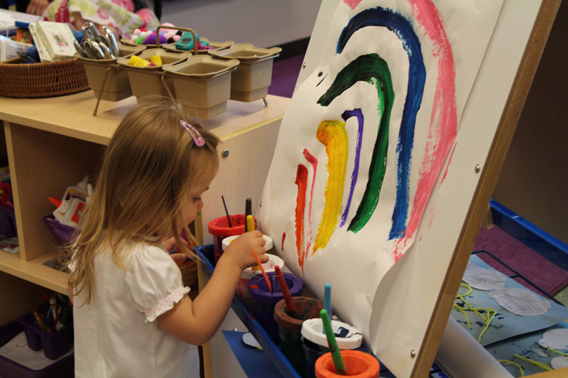 rainbow painting - ده دلیل اهمیت بسیار هنر در آموزش و پرورش کودکان