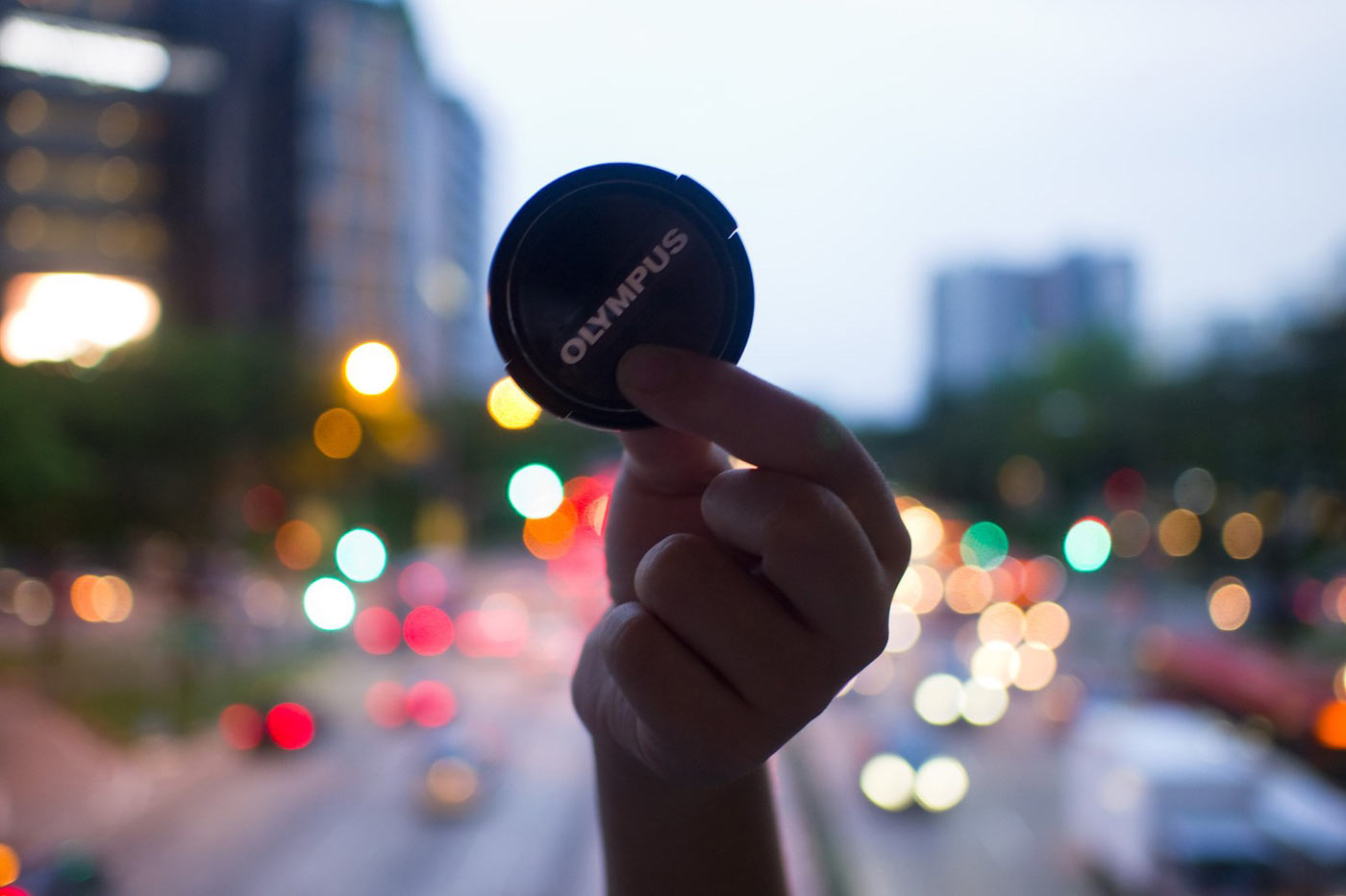 Switch to manual focus - نکاتی برای عکاسی خارج از فوکوس بوکه شهری در ساعت آبی