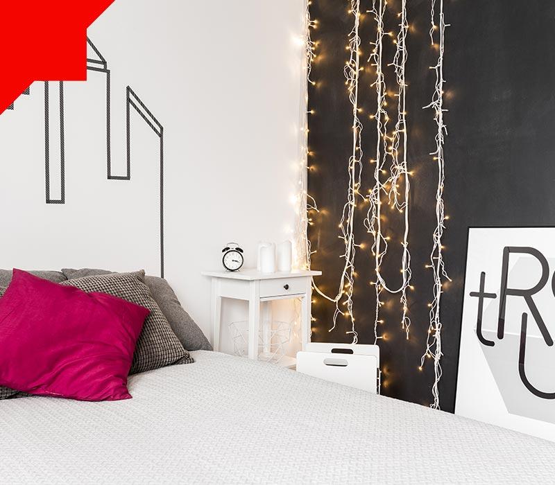 چراغ های رشته ای در اتاق خواب کوچک