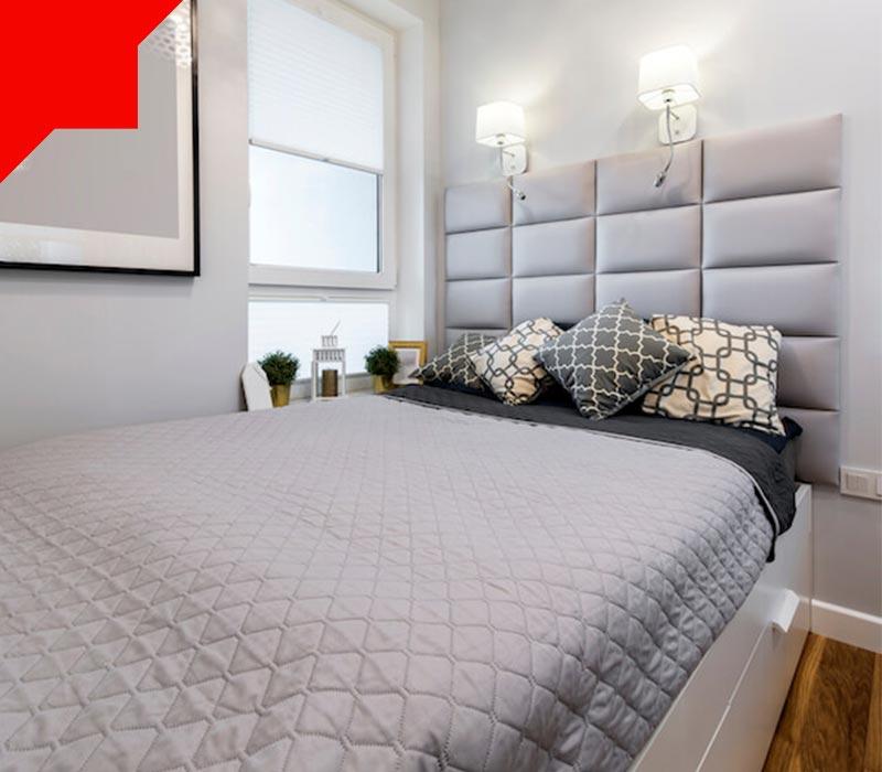 تخت در اتاق خواب کوچک
