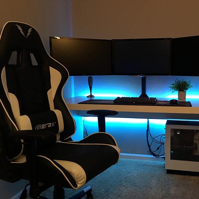 صندلی های راحت در طراحی اتاق گیم روم یا بازی کامپیوتری