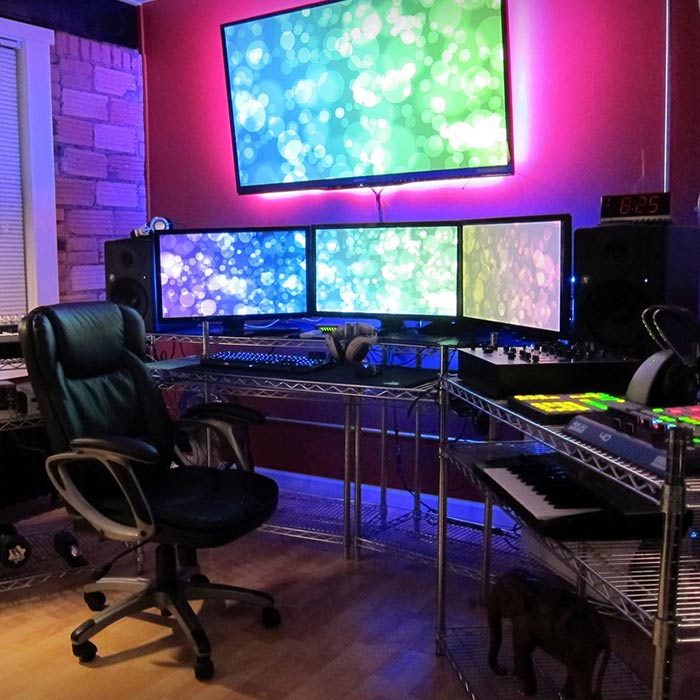 اسپیکر در اتاق گیم روم یا بازی های کامپیوتری