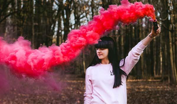 عکس دختر با دود رنگی