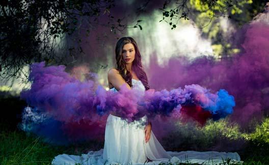 عکاسی با دود رنگی بنفش