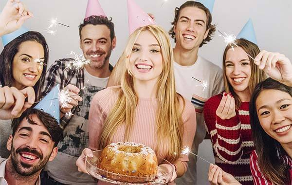 ژست عکس تولد با کیک